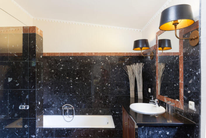 Ensuite bathroom, separate shower and bath, Badezimmer, badkamer met bad en douche
